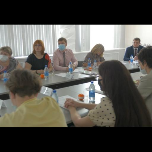 Workshop, people around the meeting table.